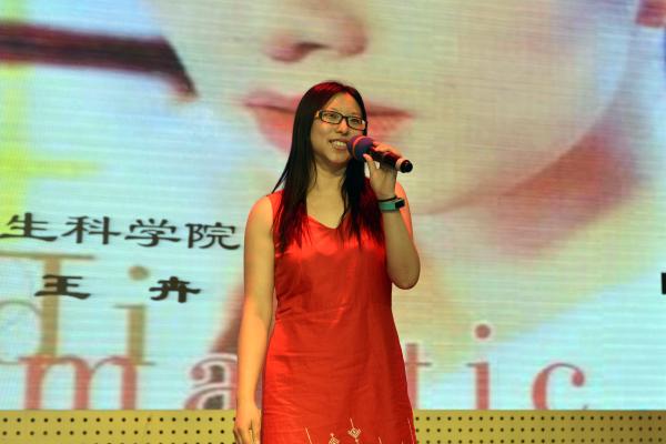 """6月26日下午,由校工会组织的以""""中国梦祖国美""""为主题的教职工歌唱比赛在大学生活动中心开赛,22名选手登上舞台,同书中国梦,共唱祖国美,用歌声表达对祖国诚挚的爱和对未来美好的期盼。我校工会主席胡正平,组织部副部长孙雪峰,工会副主席肖俊荣,教务处副处长、公共艺术教育中心副主任胡燕,原宣传部副部长、人文学院副院长许厚祯,人文学院周辉国及南京军区前线歌舞团项绪文等担任了本次比赛的评委。"""